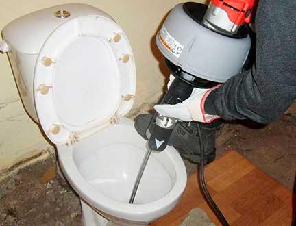 Прочистка канализации унитаза в квартире